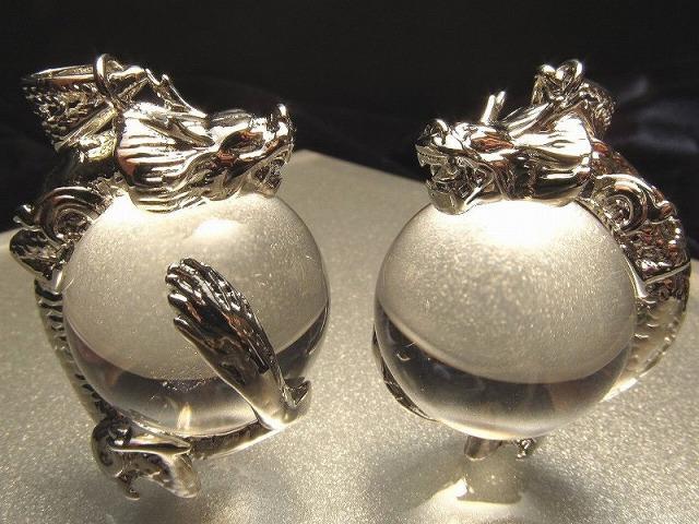シルバー 天然水晶を抱えた龍 ペンダントトップ サイズ:縦約30ミリ 水晶の直径約20ミリ 透明水晶に龍が巻き付く最高の運気アップアイテム of