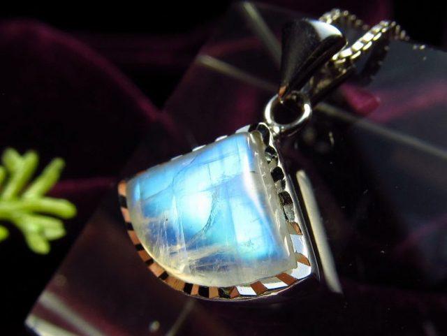 5A ブルームーンストーン ペンダントトップ トライアングル型 2.0g 縦15mm 美麗ブルーシラー 極上透明感 永遠の愛の象徴 6月の誕生石 Silver925 1点もの スリランカ産
