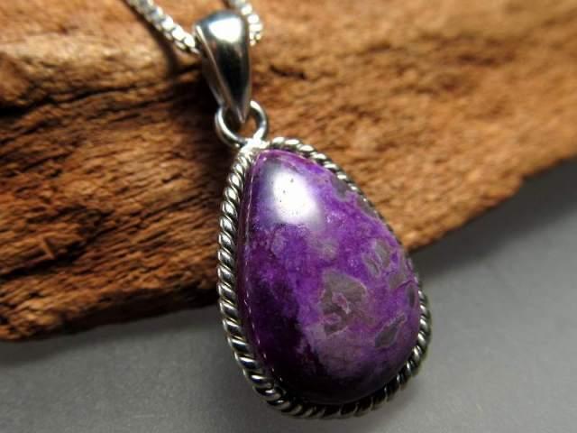 濃い紫 スギライト(杉石)ペンダントトップ ドロップ型 重さ1.6g 世界三大ヒーリング&守護 Silver925 美カラー神秘の紫色 一点もの 南アフリカ産
