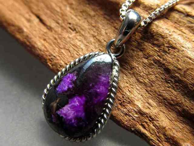 濃い暗めの紫 スギライト(杉石)ペンダントトップ ドロップ型 重さ1.5g 世界三大ヒーリング&守護 Silver925 美カラー 神秘の紫色 一点もの 南アフリカ産