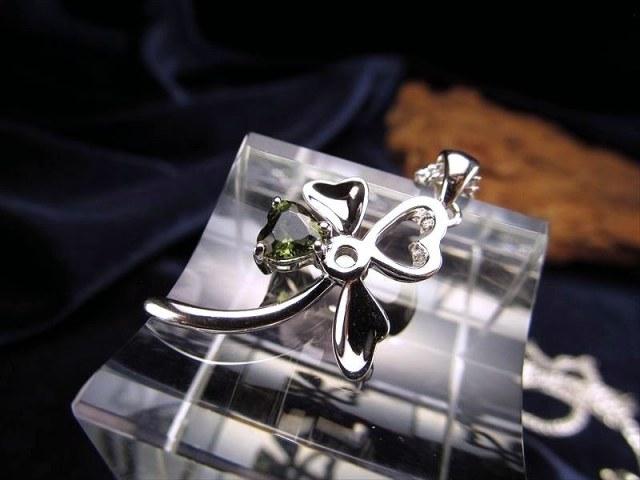 激安宣言 モルダバイト クローバーモチーフペンダントトップ Silver925 縦約27.8mm(バチカン含まず) 石サイズ約5.3mm ハートクローバー形 5A 宝石質 チェコ共和国産 geki-mol1E26