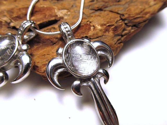 激安宣言 ギベオン 隕石 ペンダントトップ ソード型彫刻約10グラム メテオライト ナミビア産 geki-met1D13