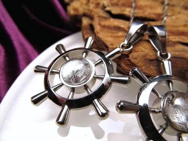 激安宣言 ギベオン ペンダントトップ 舵モチーフ STAINLESS STEEL 縦約28mm メテオライト 隕石 ナミビア産 geki-met1D9