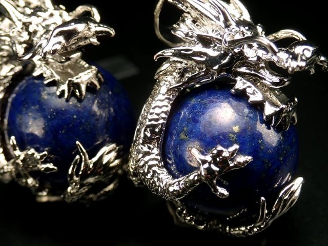 ドラゴンキャッチ デザインペンダントトップ(ラピスラズリ) 縦約33mm(バチカン含まない) 珠サイズ約16mm 青龍メタル装飾 アフガニスタン産 of