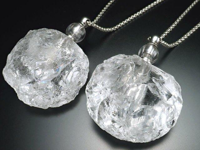 【水晶ラフロック アロマボトル ネックレス】 高さ約5.5cm チェーン長さ約70cm 便利なスポイト付き 天然石ボトルに癒しの香りをしのばせて【ブラジル産】