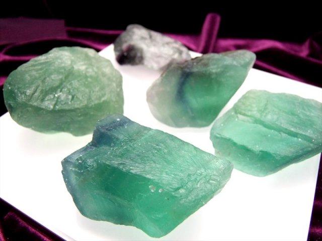 サイズ 大 ラフカット原石 グリーン フローライト 300グラムセット 浄化用 インテリアに 粒の大きさ 約25ミリ-55ミリ 5~7個入り 中国 浙江省産