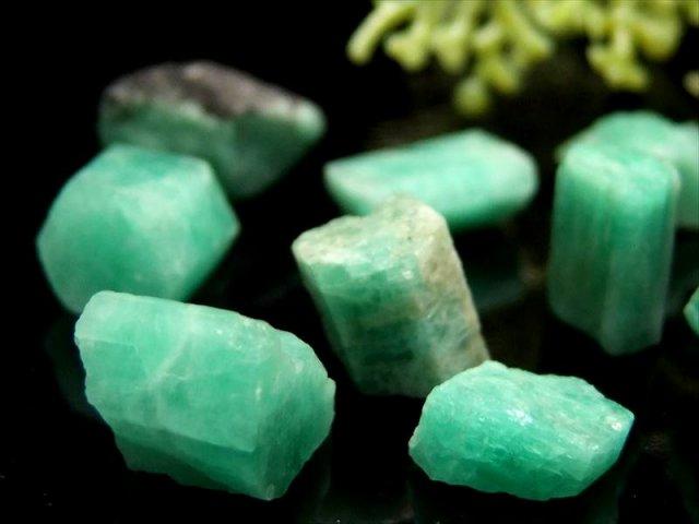 極上 エメラルド 結晶原石 詰め合わせ 10グラム 粒の大きさ 約3ミリ-16ミリ 発色良好グリーン ブラジル産