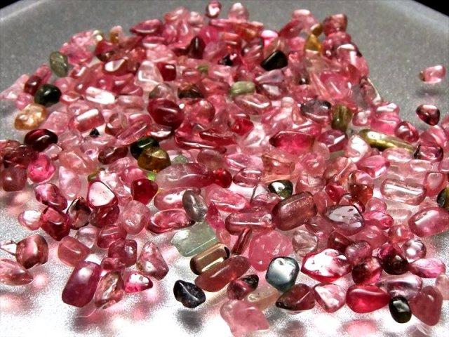 極上品質・希少カラー ルベライト(ピンク トルマリン)さざれ 20グラム 粒の大きさ 約2ミリ-7ミリ インテリアに