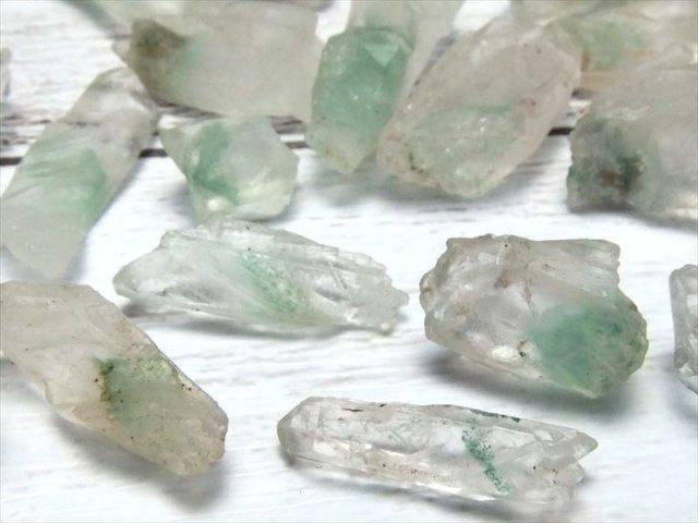 ラフ結晶原石(S) エメラルドグリーンファントム 結晶原石詰合せ 100g 粒サイズ 約8ミリ-30ミリ 原石さざれ 浄化用 インテリアに パワーストーン マダガスカル産