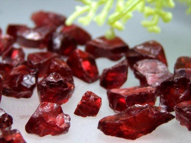激レア・ラフ結晶さざれ ガーネット 結晶さざれ 50グラム 透明感バツグン インテリアに 1月の誕生石 約4ミリ-12ミリ インド産