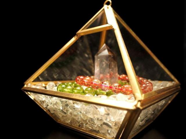 ディスプレイ用クリアケース(ピラミッド) 高さ約11cm 幅約10.5cm 中身が見えるクリアケース 高級感あるゴールドカラーフレーム プラスチック製