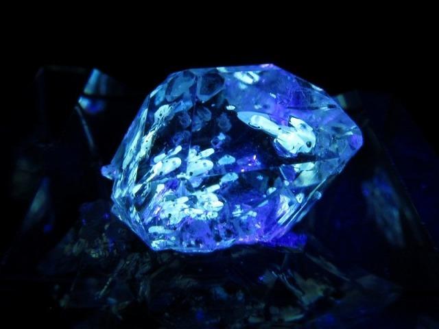 オイルクォーツ 石油入り水晶 結晶 縦14mm 約1.6g 幻想的な蛍光発色 超透明極上1点物 パキスタン産