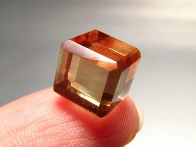 ミニサイズ カラーチェンジ アンデシン スクエアカットタンブル 一辺約8mm 重さ約1.2g 超透明 「本当の自分」に近づく変化を促す石 極上アンデシン 中性長石 一点もの チベット産