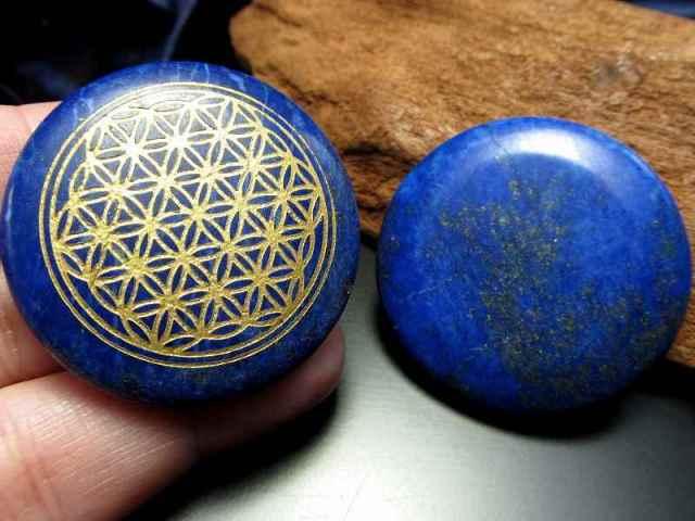 天然ラピスラズリ(染め)使用 フラワーオブライフ(生命の花)パームストーン タンブル 調和とバランスを表す図形 12月の誕生石