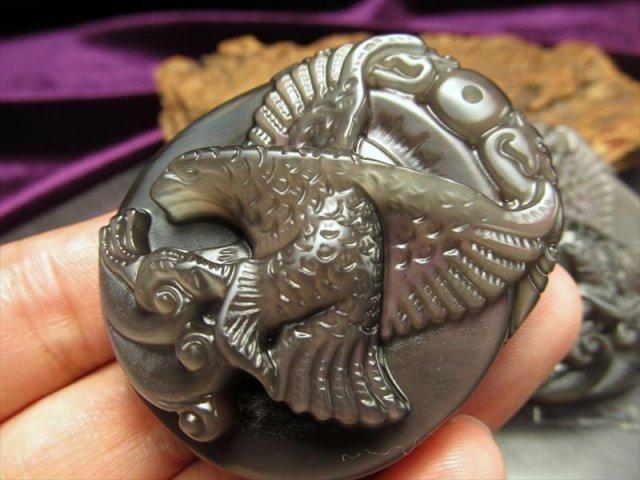 激安宣言 レインボーオブシディアン(黒曜石) 鷹(ホーク)彫りカービングプレート 縦約49mm メキシコ産 geki-obG52
