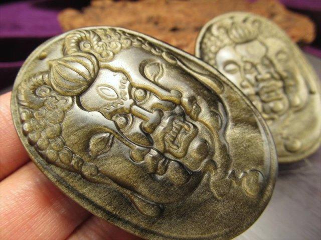 激安宣言 ゴールデンシャインオブシディアン(黒曜石) 宝誌和尚モチーフ大仏彫りカービングプレート 縦約57mm メキシコ産 geki-obG75