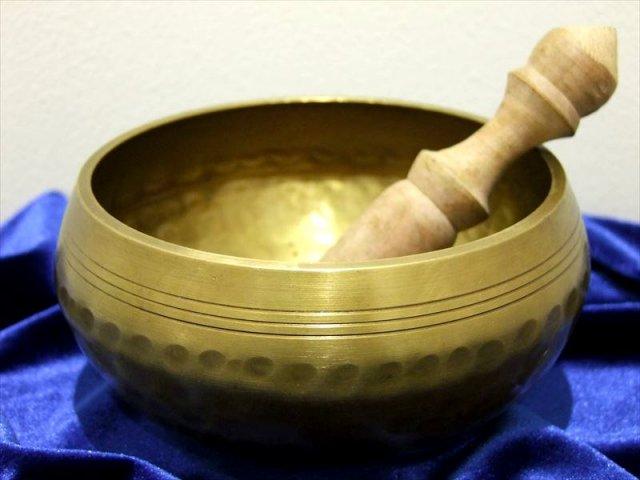 チベット仏教法具 シンギングボウル 中サイズ 直径120mm前後 マレット[枹(ばち)]付き ハンドメイド仕上げ 主に銅製 今回のマレットは羊皮巻き