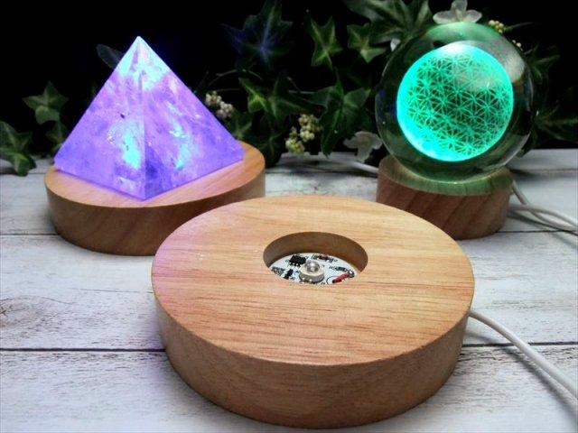 レインボー発光 チャクラカラー 7色 LED発光の木製台座 直径100mm 透明な天然石のディスプレイに ライトアップ LEDディスプレイ台 コード長約140cm(差し込みはUSB)