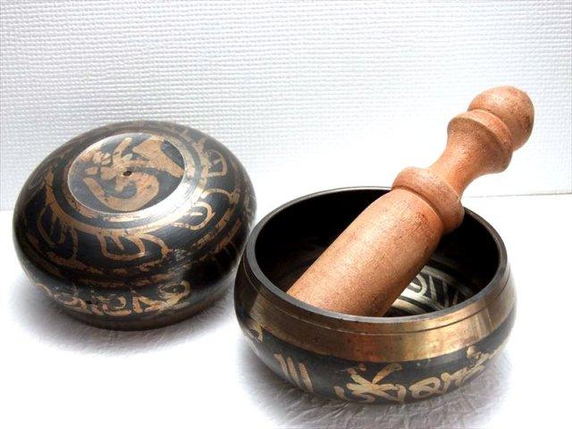 チベット仏教法具 柄有り シンギングボウル 小サイズ 直径87mm前後 木製スティック付き ハンドメイド仕上げ 合金製