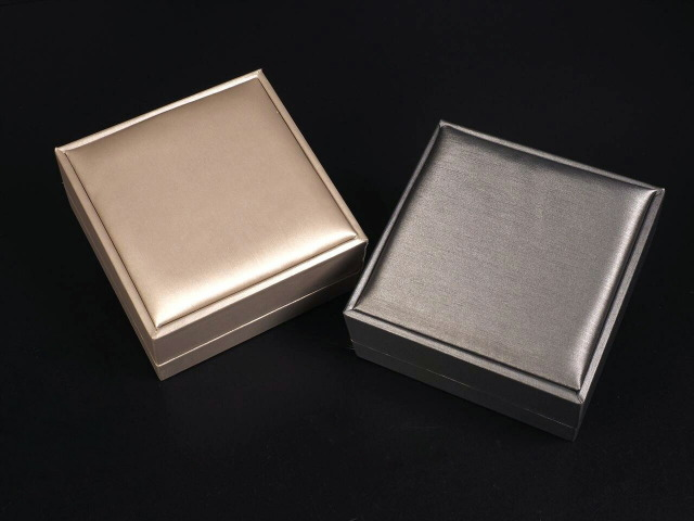 高級仕様ジュエリーボックス ブレスレット用 化粧箱 ケースサイズ約9.5cm×9.5cm 清楚感のある上品光沢 選べる2色