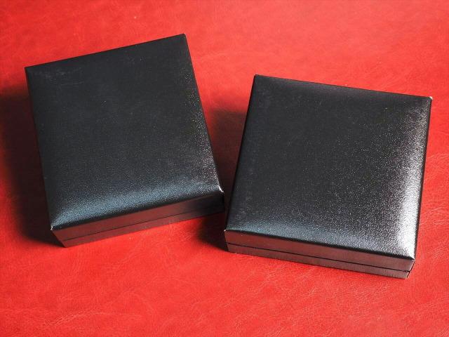 レザー調ジュエリーボックス ブレスレット用 化粧箱 ケースサイズ約9cm×8.5cm 落ち着きある革張り風 ブラックカラー