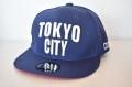 【CUE】TOKYO CITY フラット(ネイビー×白刺繍、赤ツバ裏)