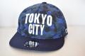 【CUE】TOKYO CITY フラット (青カモ柄×白刺繍)
