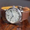 【時と共に価値が増す本物で上質な高級機械式時計】 THE SPQR (手巻パワーリザーブ/アイボリー・ブラック文字盤)×仏国製SOMESライトブラウン