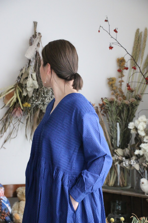 INMDS20164 maioson de soil v neck dress with mini pintuck 2色