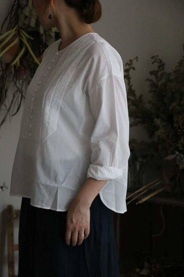 NMDS19522 maison de soil random pleats crew neck bosom shirt