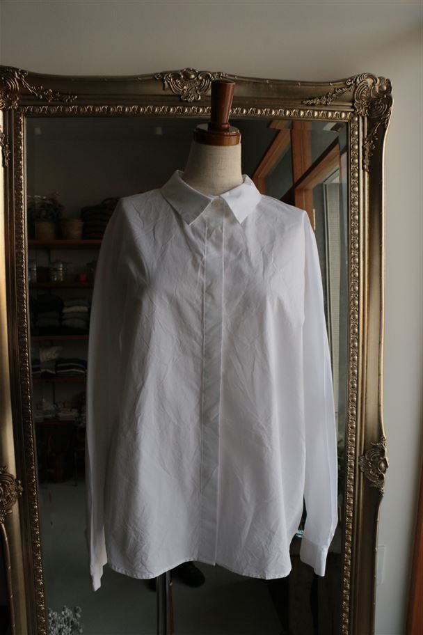 SD63AW11 STAMP AND DIARY Fly Front Back Tuck Blouse 2色
