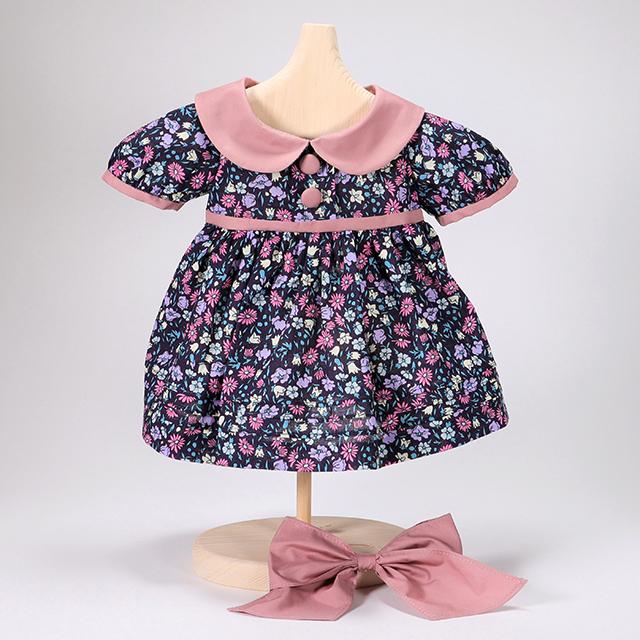 リボンつきピンク襟の花柄ワンピース