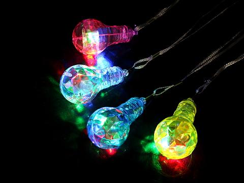 電球ペンダントは赤、緑、青と光を放ち幻想的