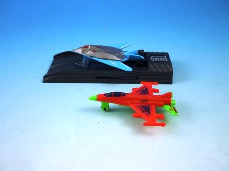 チャレンジフォース チャレンジフォースは 台に飛行機をセットしてプッシュボタンを押すと飛行機を発射させます