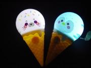 ソフトクリームの形をしたかわいいライト♪クリームの部分は青・ピンク・黄色・白に光る