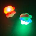 クリスマスパーティーでの景品やプレゼントに光るやわらか指輪は人気です。後ろのボタンを押すと光ります