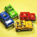走るおもちゃの車はお子様の手のひらサイズです