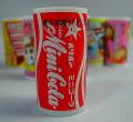 オリオンミニラムネコーラ 缶ジュースの絵柄のボトルに入っています。小粒のコーラ味のラムネがやみつきになりそうです。格安通販