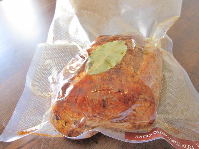 弱火で3時間かけて焼きあげた豚もも肉のトンナートソース!