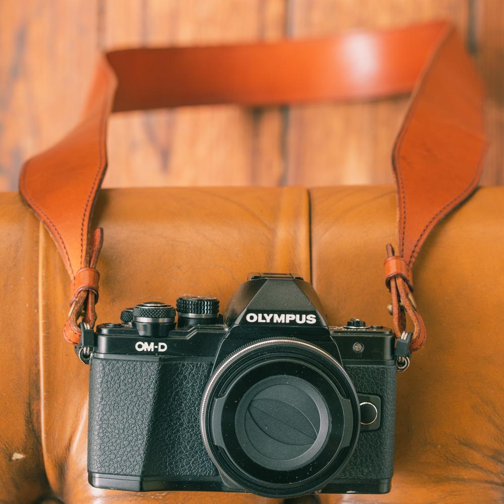"""一体型カメラストラップ""""str-01"""" 国産ステアハイドレザー 肩掛け、たすき掛け、首掛け兼用"""