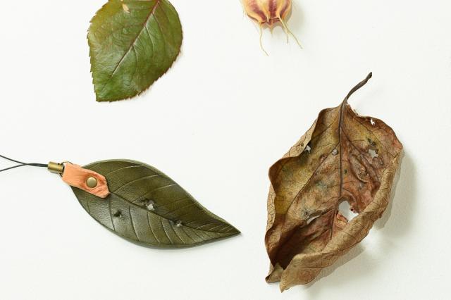 〔オーダーメイドギャラリー〕虫食い葉っぱの携帯ストラップ