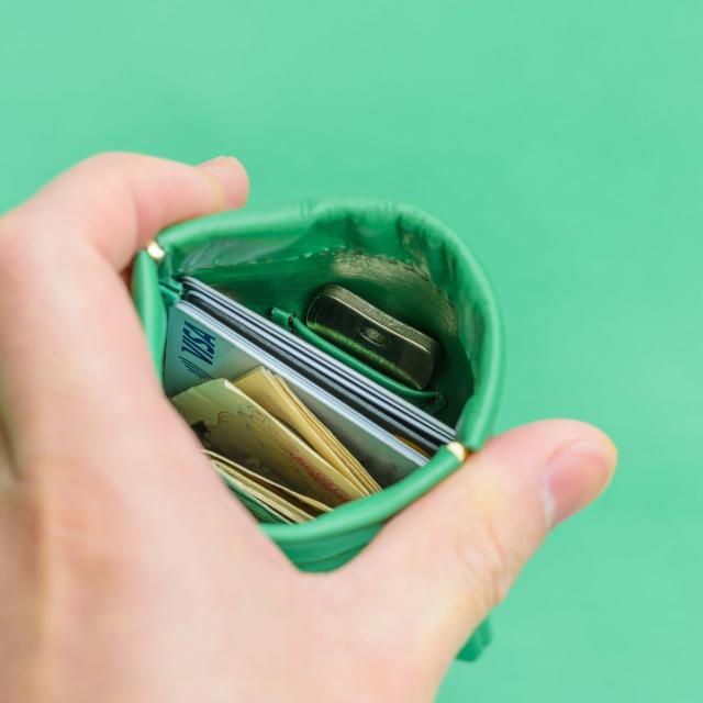 開閉が早いミニ財布 端を握ると開き、緩めると勝手に閉じます。