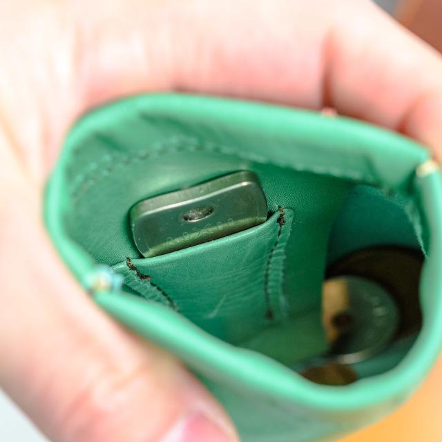 鍵が入るのにスリムなミニ財布です。