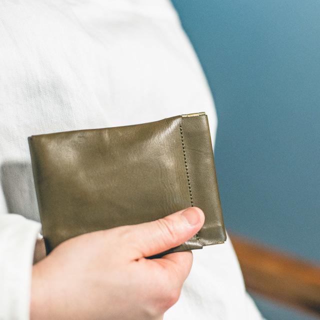 ミニ財布 女性が持った写真