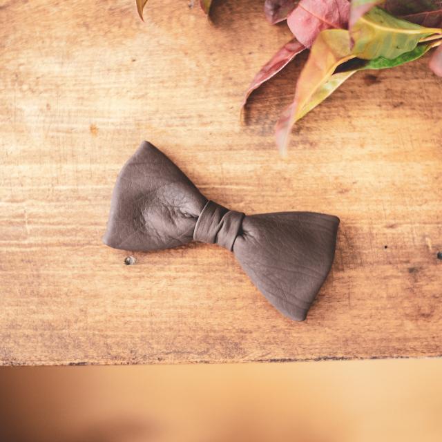 ウェディングにもおすすめな革の蝶ネクタイ