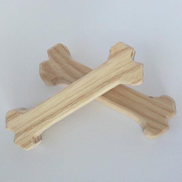 職人さんが1本づつ手作りで削り出すワンちゃん用の木のおもちゃ_赤ちゃん向けの食器を製造する天然木と同じものから出来ています