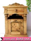 <英国オールドパイン家具>植物の木工細工がステキな分厚い無垢のチェスト