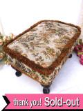 <英国ミッドセンチュリー>ガーデンの恋人たちのゴブラン織りが優雅♪英国の伝統的なフットスツール