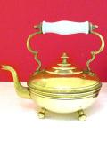 1930年代:白い陶器の持ち手がカントリー♪素晴らしく優雅な無垢の真鍮のケトル