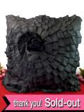 <デッドストック:未使用品>黒地に立体的な黒いバラのお花♪英国のゴージャスなクッション「クッション材付」